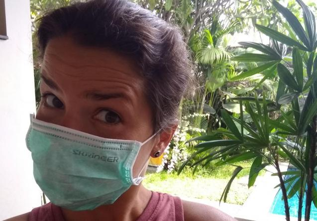 "Catherine Courchesne et masque ""coronavirus"", Sanur, Bali, février 2020. Photo : Catherine Courchesne"